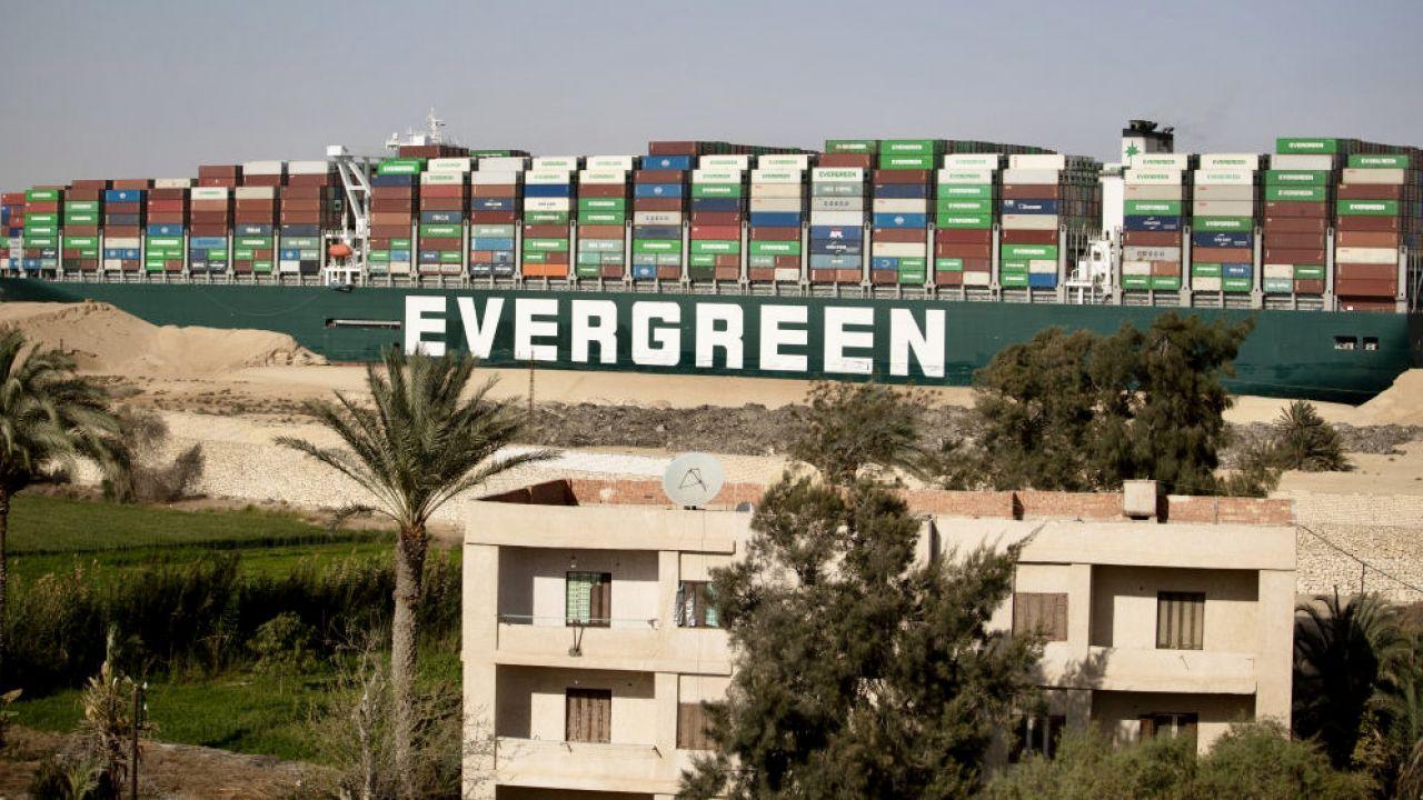 Kontenerowiec przez blisko tydzień blokował Kanał Sueski (fot. Mahmoud Khaled/Getty Images)