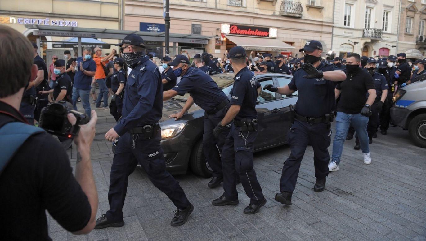 MSWiA przekazało senatorom informacje nt. szczegółów zatrzymań, które miały miejsce podczas protestów aktywistów LGBT w Warszawie. (fot. PAP/Radek Pietruszka)