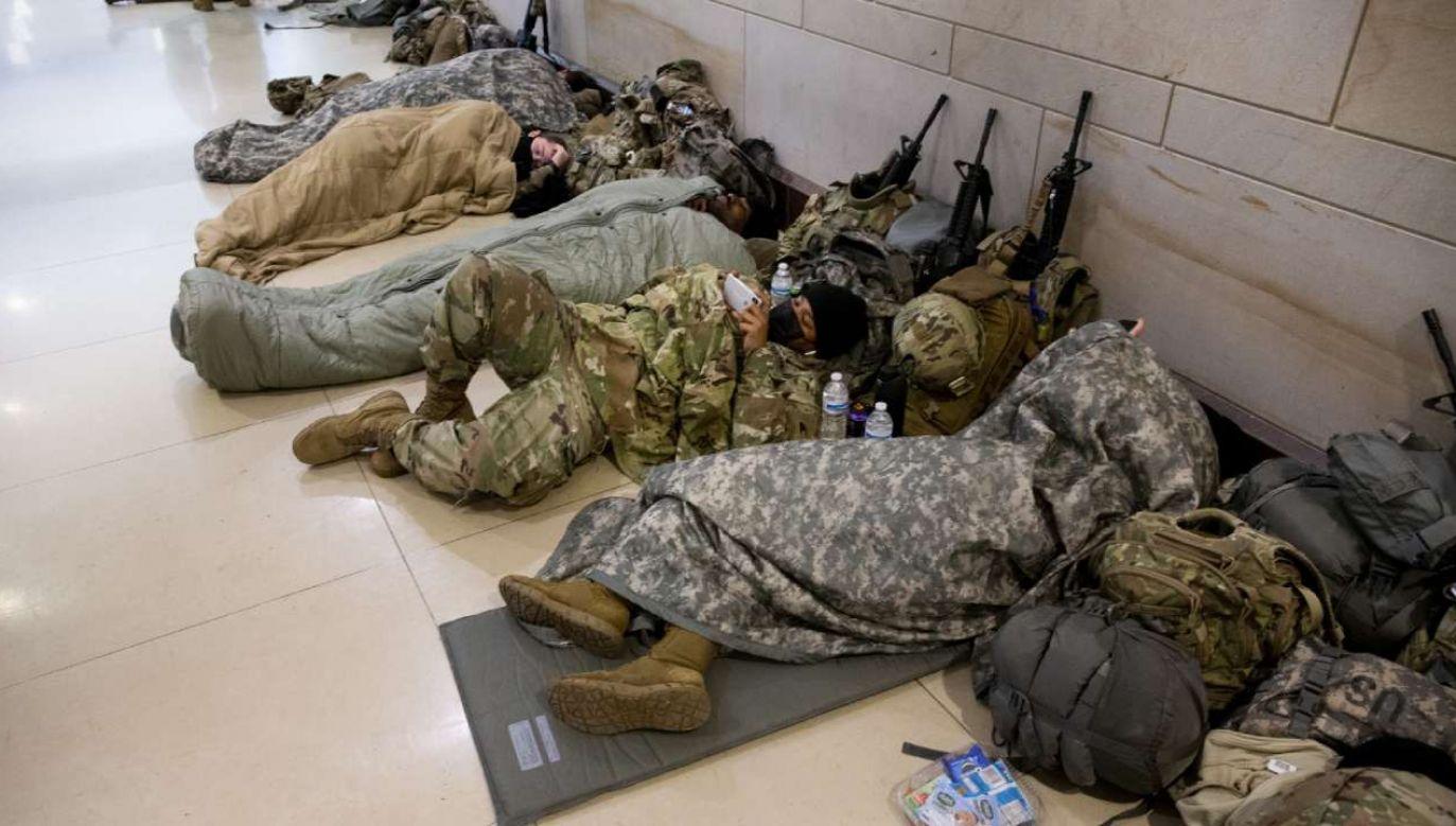 Żołnierze Gwardii Narodowej mogli wrócić na Kapitol, aby odpocząć  (fot. PAP/EPA/MICHAEL REYNOLDS)