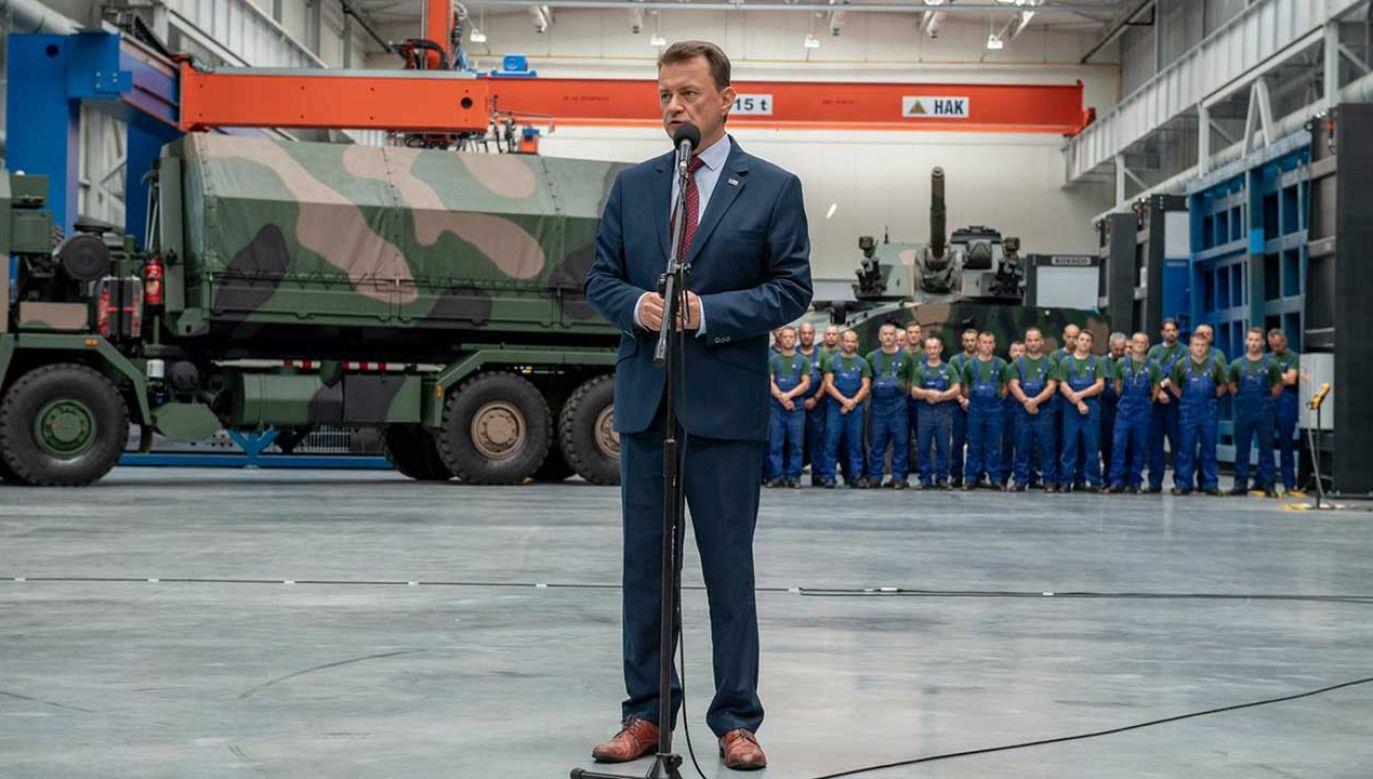 Mariusz Błaszczak wziął udział w uroczystościach podpisania umowy na dostawy artyleryjskich wozów amunicyjnych (fot. TT/Ministerstwo Obrony Narodowej)