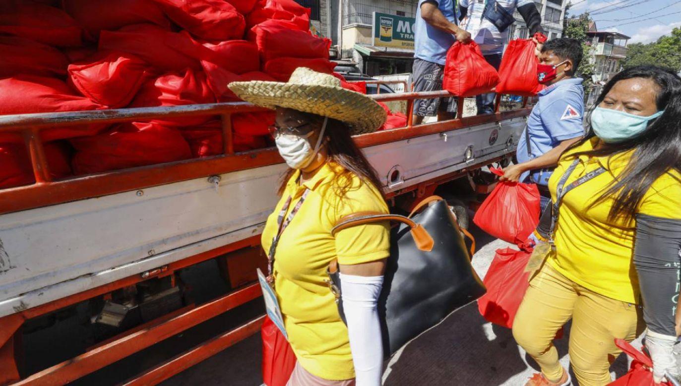 Filipiny wprowadzają powszechny obowiązek noszenia maseczek na objętej blokadą wyspie Luzon (fot.  PAP/EPA/ROLEX DELA PENA )