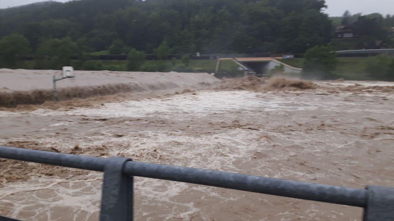 W Myślenicach Raba zalała m.in. miejscową plażę (fot. Twoje Info)
