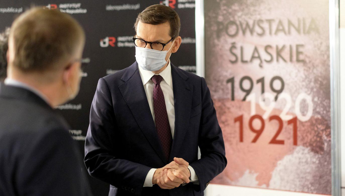 """Premier Mateusz Morawiecki (P) podczas uroczystego otwarcia wystawy """"Powstania Śląskie"""