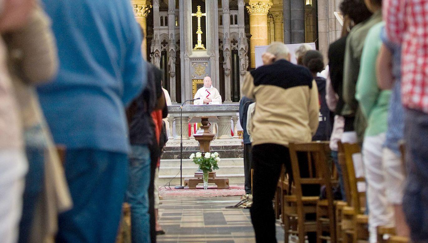 Kościół pozostający wierny swemu nauczaniu, dla wielu Francuzów jest staroświecki (fot. Andia/Universal Images Group via Getty Images)