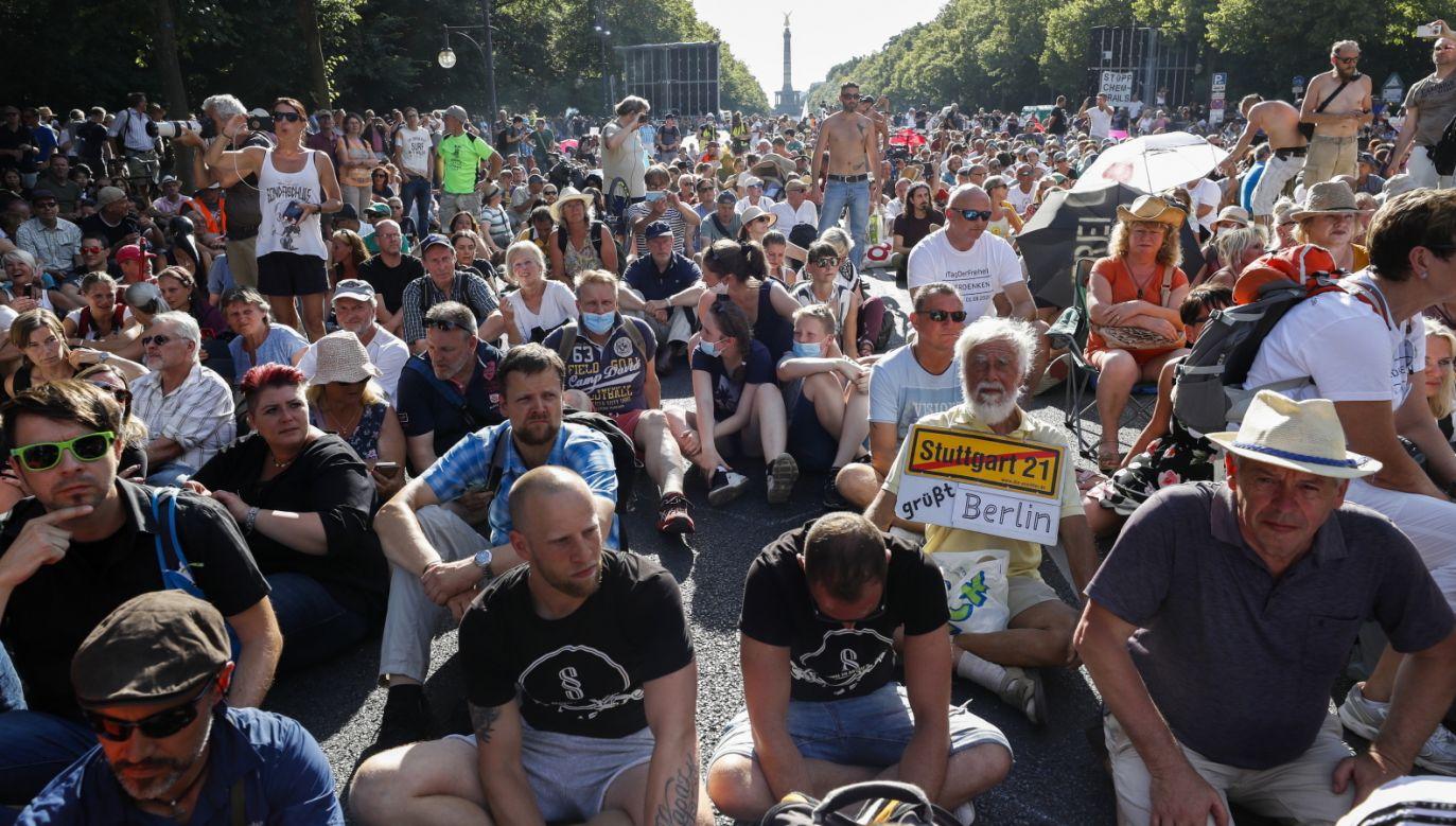 Koronawirus. Protest przeciwników restrykcji w Niemczech (fot. PAP/EPA/FELIPE TRUEBA)