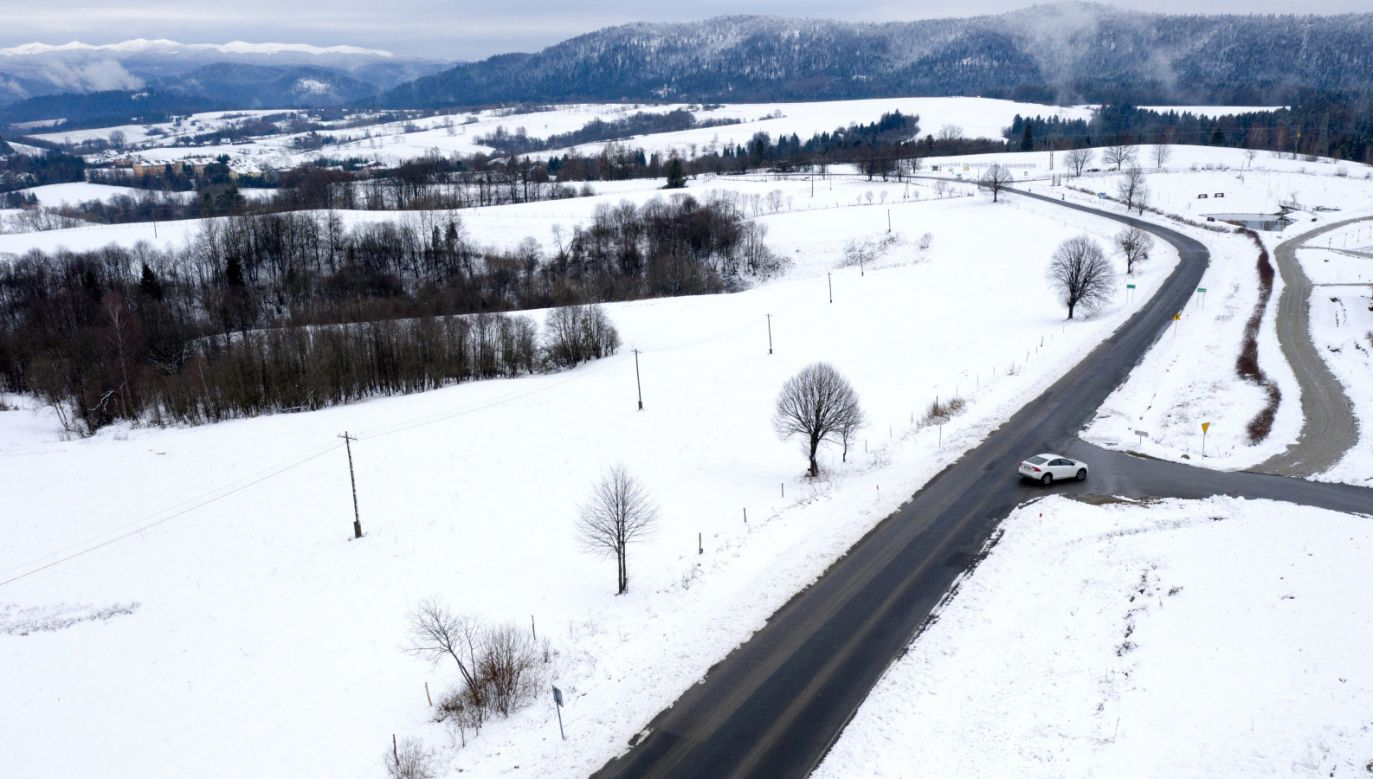 Na drogach i chodnikach moze pojawić się lód (fot. PAP/Darek Delmanowicz)