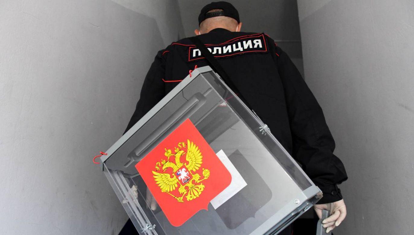 Funkcjonariusze zabrali na komisariat m.in. kandydata opozycyjnej partii Jabłoko (fot. Yevgeny Yepanchintsev\TASS via Getty Images)