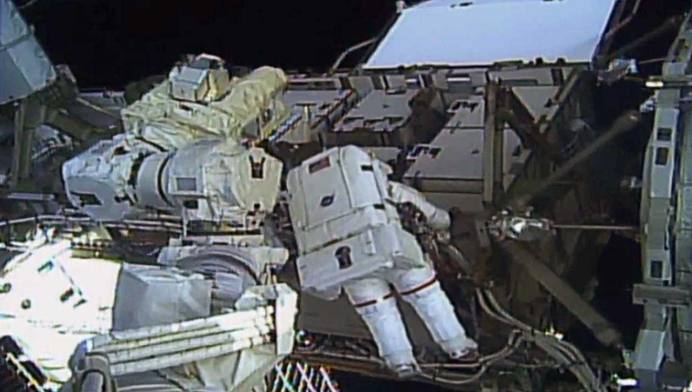Pierwszy samodzielny spacer kosmiczny kobiet jest historycznym wydarzeniem w astronomii (fot. NASA TV/REUTERS ATTENTION EDITORS)