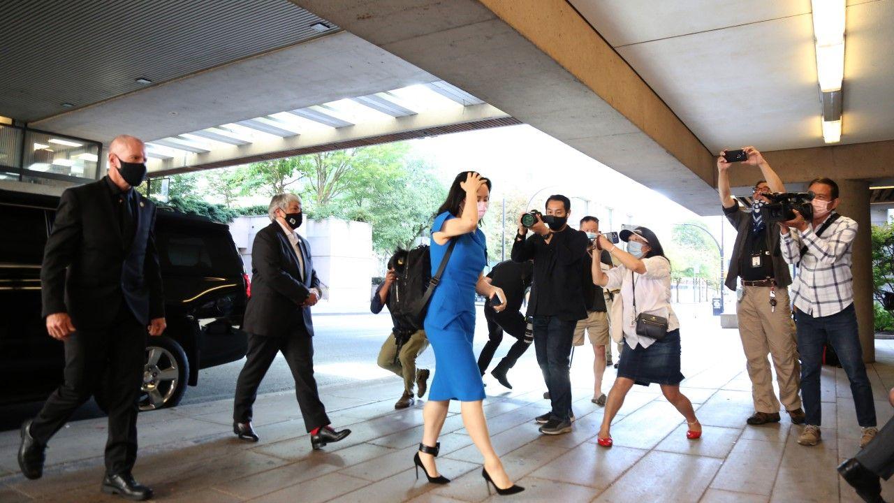 Wiceprezes Meng Wanzhou w drodze na rozprawę przed Sądem Najwyższym Kolumbii Brytyjskiej w Vancouver(fot. Mert Alper Dervis/Anadolu Agency via Getty Images)