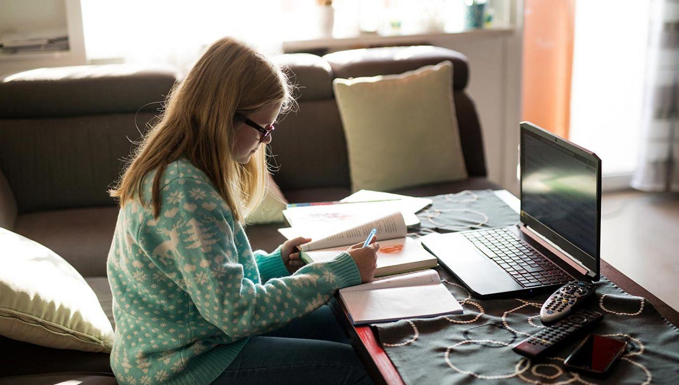 Zbliża się rok, odkąd uczniowie przeszli na naukę zdalną (fot. Forum/Daniel Dmitriew, zdjęcie ilustracyjne)