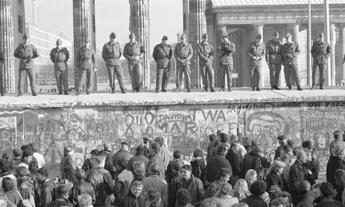 Straż graniczna na murze berlińskim i jesień ludów '89. Fot. David Turnley/Corbis/VCG via Getty Images