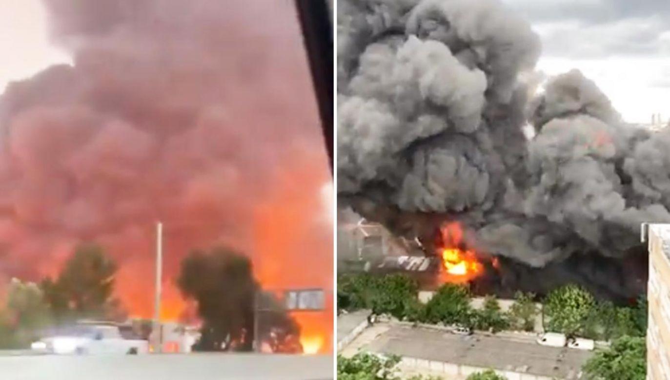 Jak podała straż pożarna, działania potrwają jeszcze w nocy, aby uniknąć ponownego wybuchu ognia (fot. Twitter)