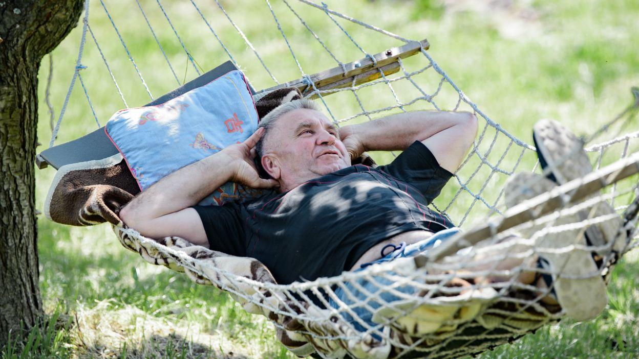 Zrelaksowany Józef jeszcze nie wiedział, że spokój na hamaku nie potrwa długo (fot. TVP)