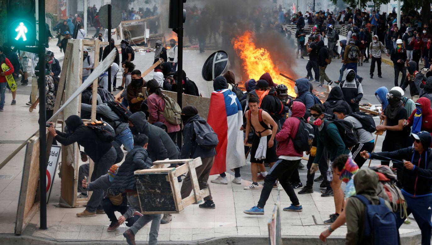 Demonstranci uzbrojeni w kamienie, kije bejsbolowe i koktajle Mołotowa próbowali zakłócić przebieg festiwalu (zdjęcie ilustracyjne) (fot. REUTERS/Rodrigo Garrido)