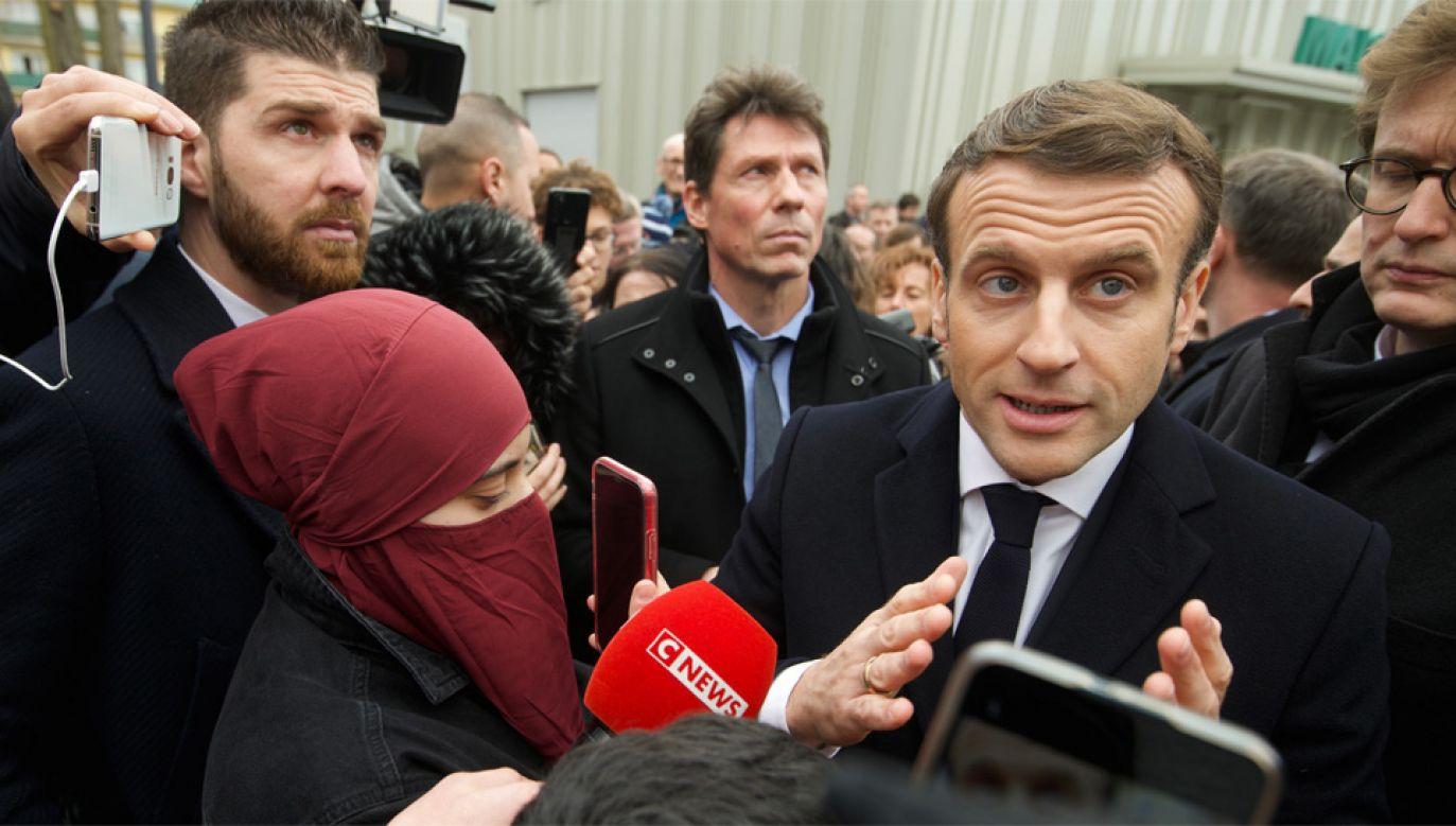 """Prezydent Francji Emmanuel Macron odwiedził jedną z """"trudnych dzielnic"""" Miluzy (fot. PAP/EPA/SEBASTIEN BOZON/POOL)"""