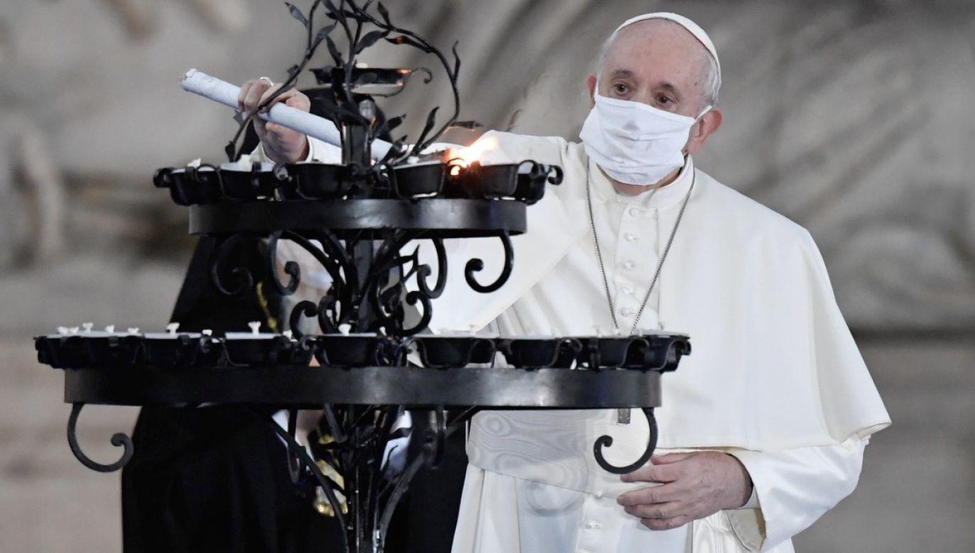 Papież Franciszek niechętnie zakłada maseczkę (fot. PAP/EPA/VATICAN MEDIA)