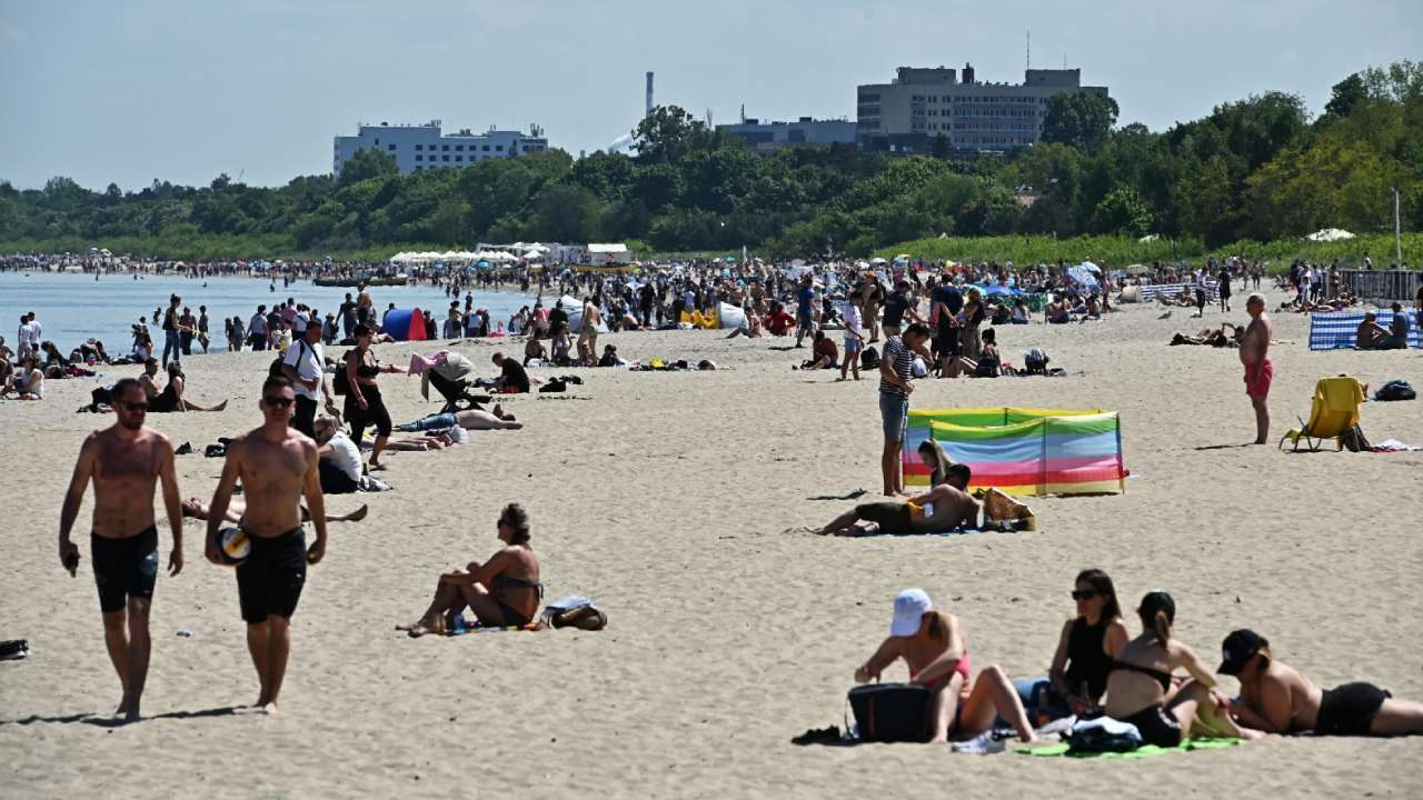 Ostatni dzień długiego weekendu można będzie znów spędzić na plaży (fot. PAP/Marcin Gadomski)