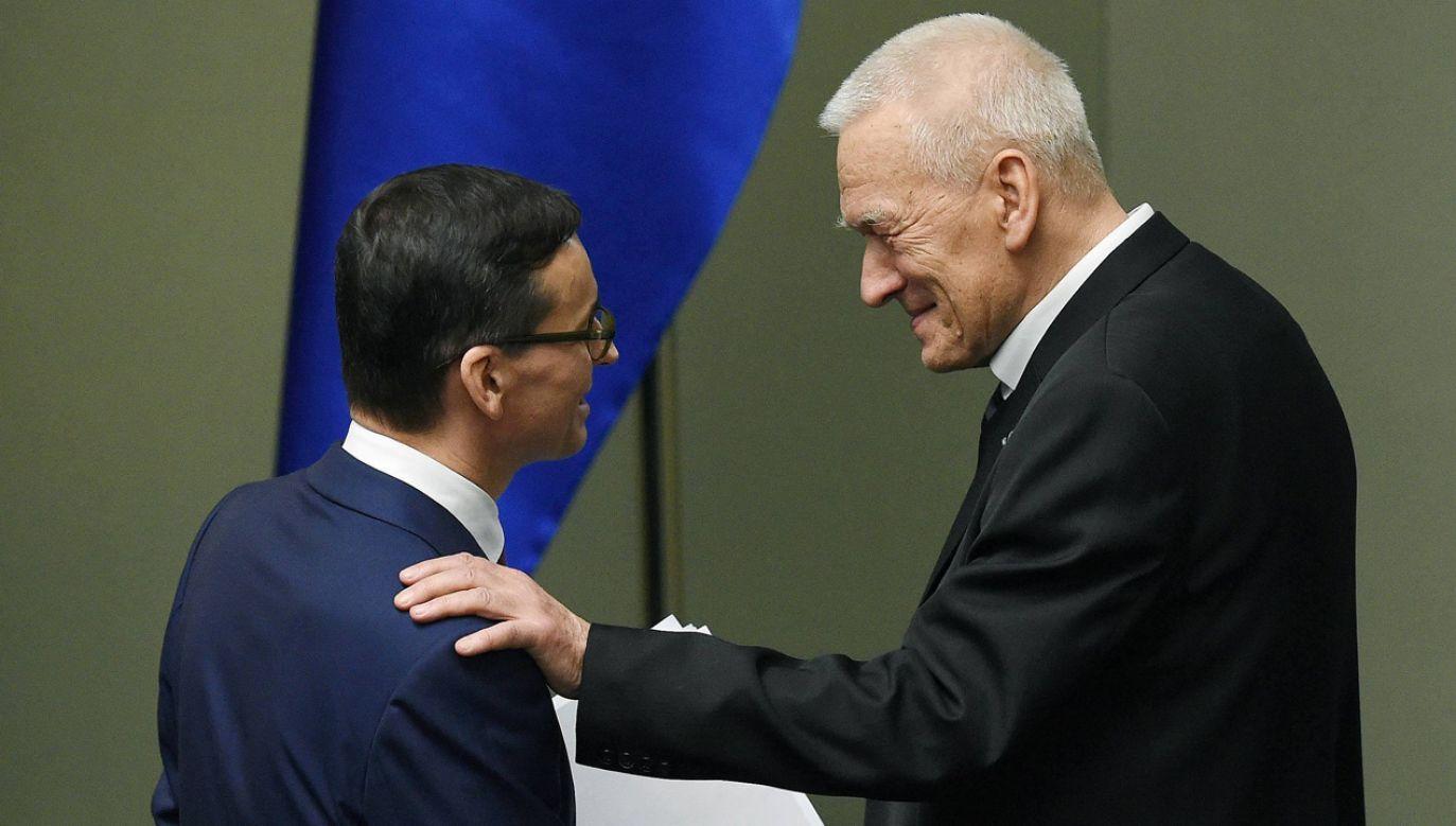 Premier Mateusz Morawiecki oraz jego ojciec, przewodniczący koła Wolni i Solidarni, Kornel Morawiecki, 13 grudnia 2017 r. (fot. arch.PAP/Radek Pietruszka)