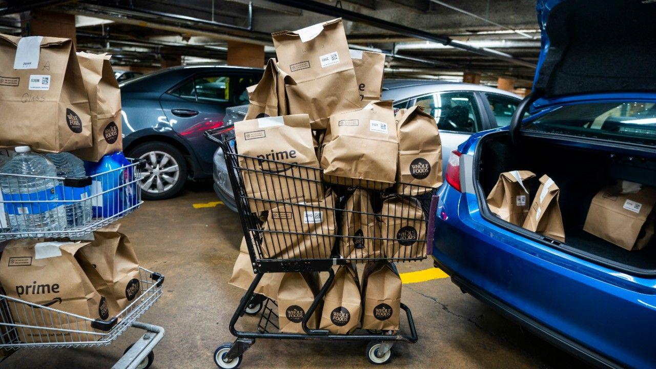 Amazon tonie w zamówieniach (fot.PAP/EPA/JIM LO SCALZO)