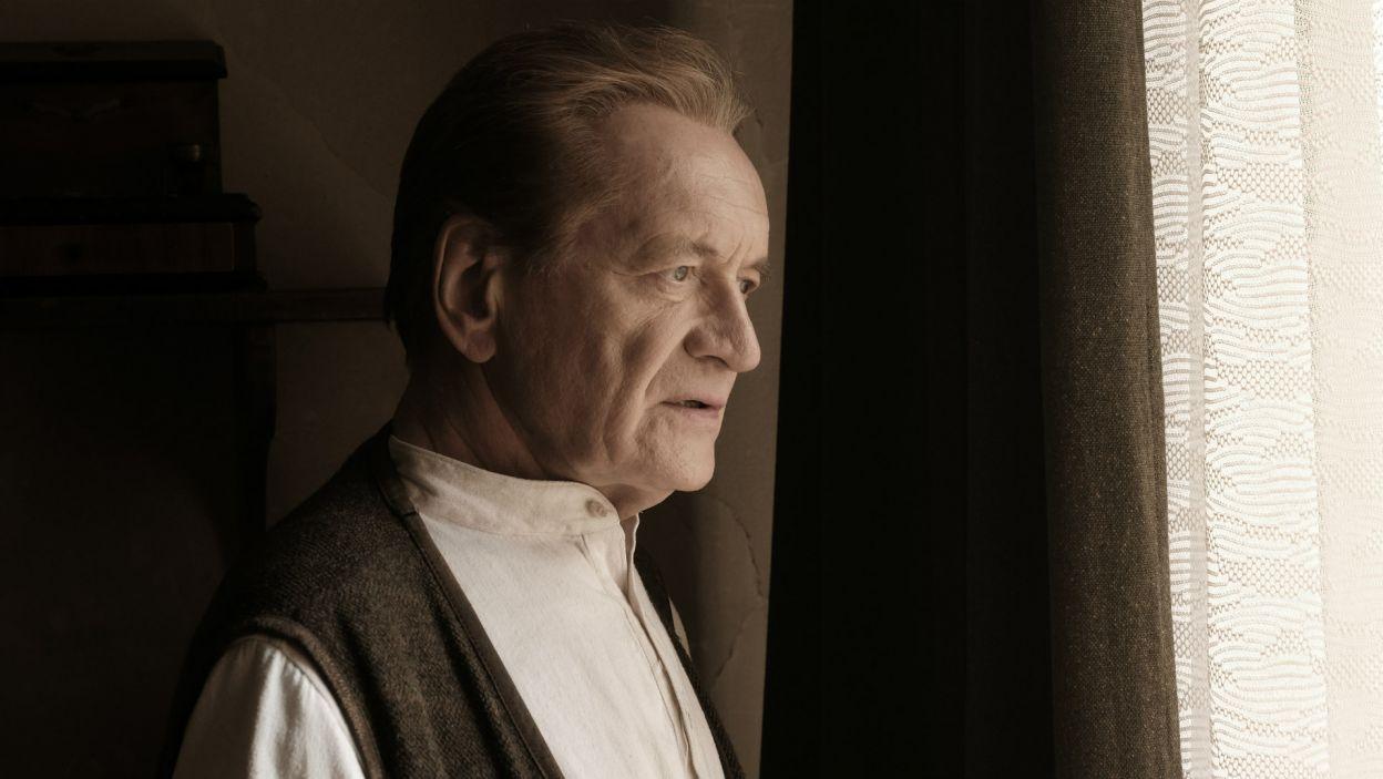 Natomiast dojrzałe losy duchownego portretuje Andrzej Seweryn (fot. materiały promocyjne)
