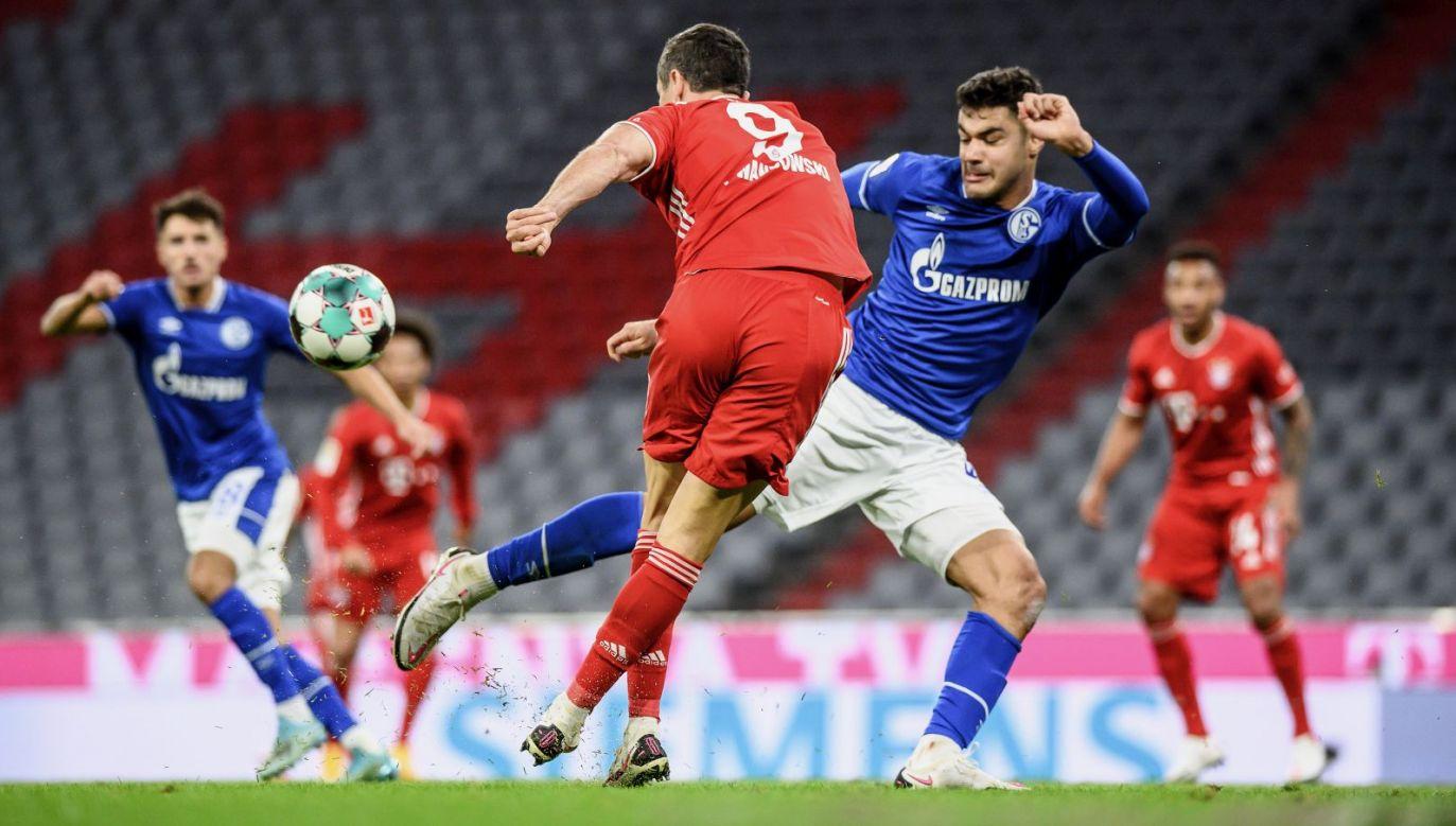 Robert Lewandowski asystujący w jesiennym meczu z Schalke (fot. Getty Images)