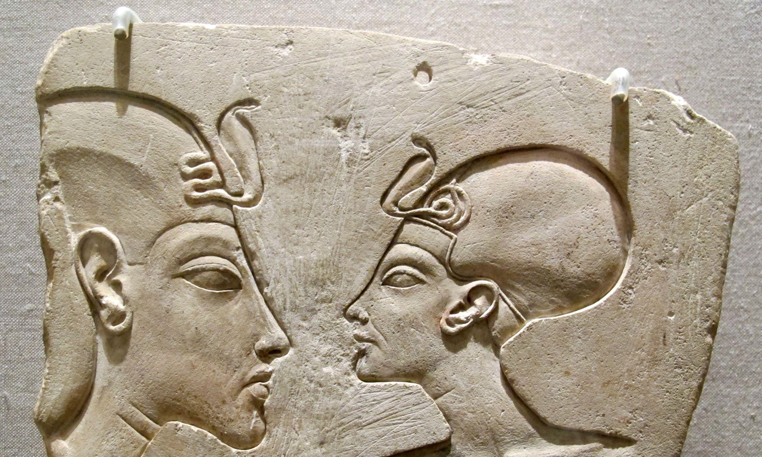Nowe królestwo, koniec osiemnastej dynastii, tablica wilbour, z Nefertiti i najprawdopodobniej z młodym Tutanchamonem. około 1352–1336 p.n. e. Fot. Wikimedia/Sailko