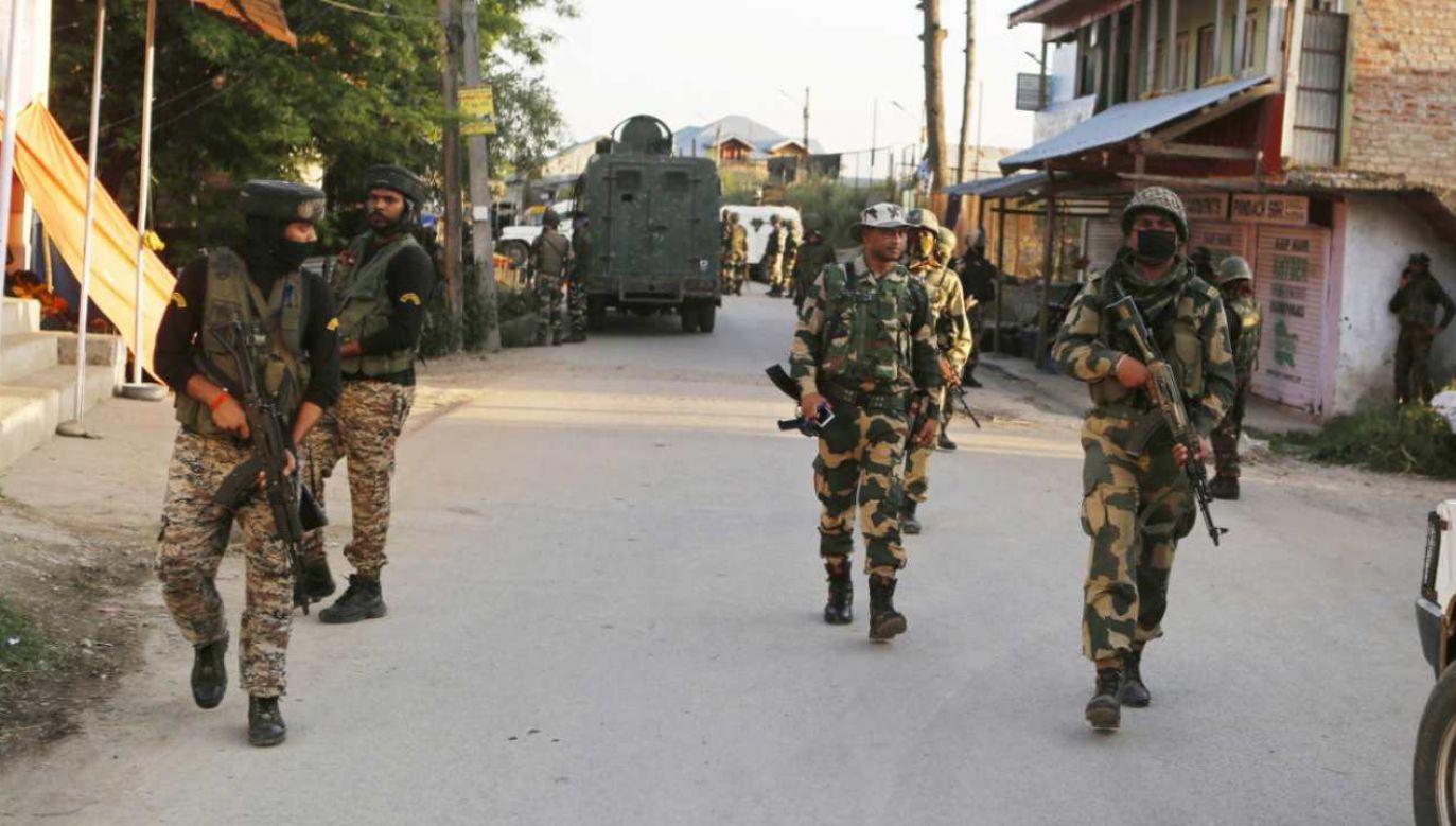 Patrol indyjskich sił bezpieczeństwa (fot. PAP/PAP/EPA/FAROOQ KHAN)
