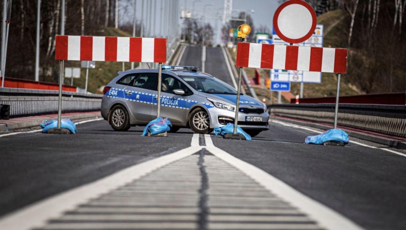 Śmiertelność z powodu COVID-19 w krajach, które wprowadziły restrykcje podróży na początku marca, była aż o 62 proc. niższa niż w tych, które zrobiły to w połowie miesiąca (fot. Florian Gaertner/Photothek via Getty Images)
